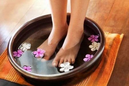 Ноги в ванночке для ног