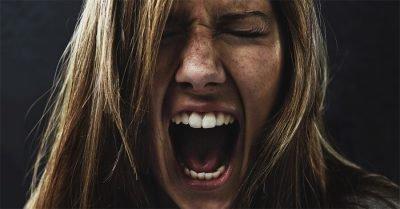 как успокоить человека в истерике