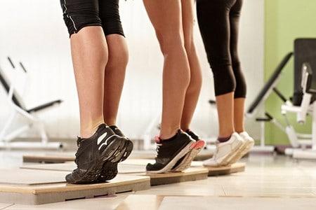 Женщины делают упражнения