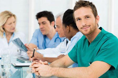врачи сидят за столом