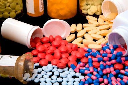 Баночки с таблетками и капсулами