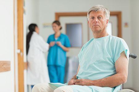 пожилой мужчина в больничной коляске
