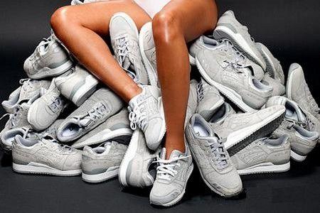 Женщина сидит на кроссовках