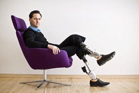 Мужчина с протезами ног