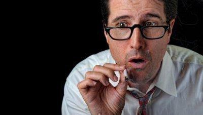 курит травку