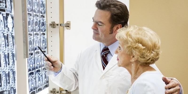доктор смотрит снимок