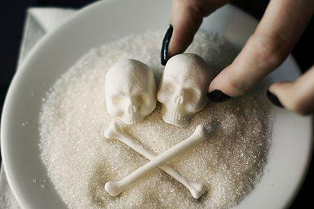 черепки и кости из сахара в тарелке