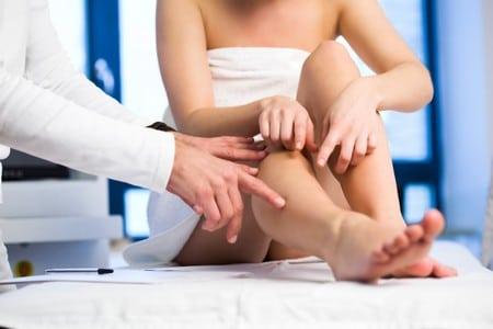 доктор осматривает ноги