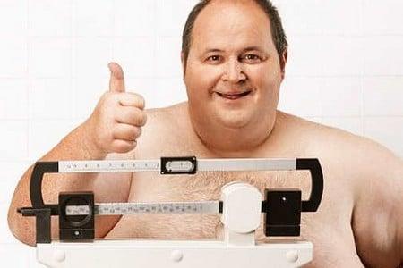 Мужчина с ожирением на весах