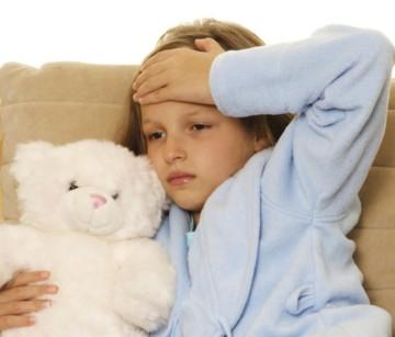 У ребенка болит живот и температура: что делать?
