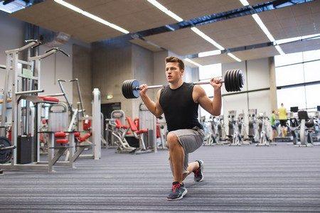 Мужчина делает упражнения
