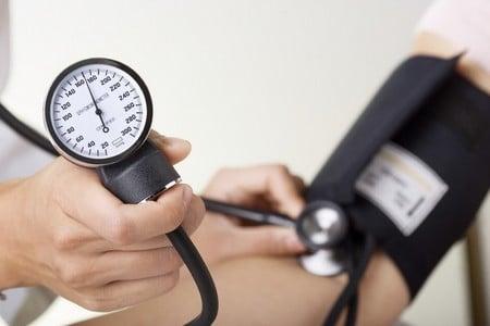 Больному измеряют давление