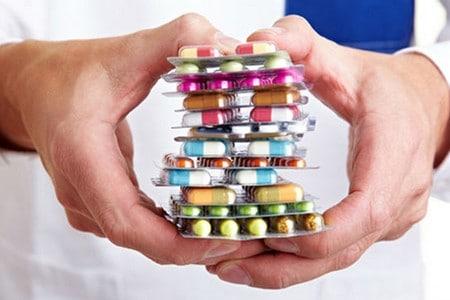 Упаковки таблеток в руках у врача
