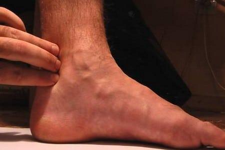 измерение пульса на ноге