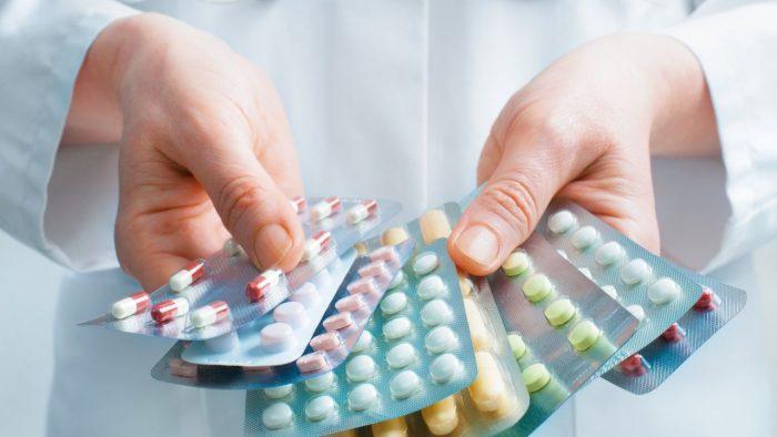 врач подбирает лекарство против аскарид