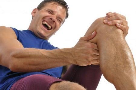 Мужчина держится за ногу
