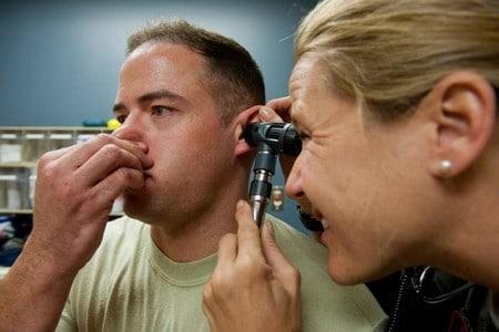 Мужчину осматривает врач