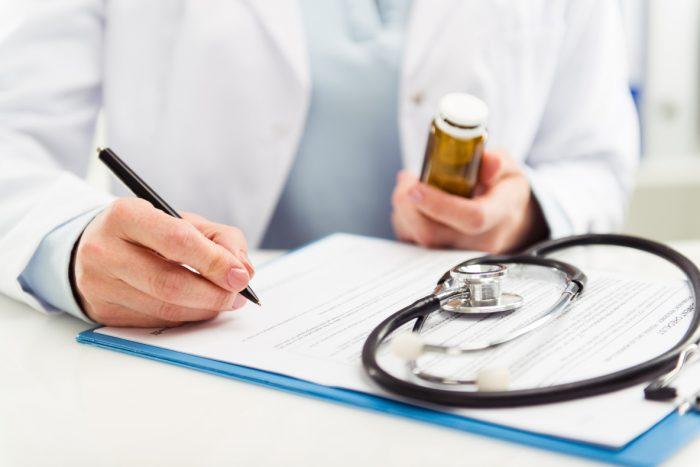 доктор назначает схему лечения