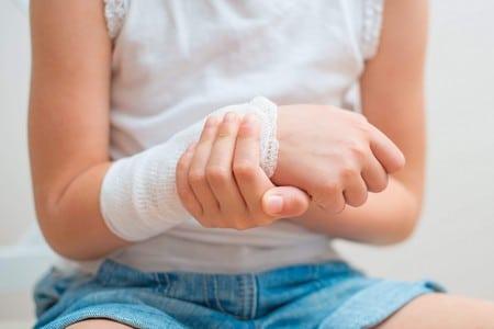 перевязанная бинтом рука